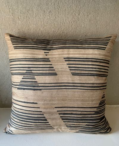 CUSHION CAIUS PORCELAIN / BLACK