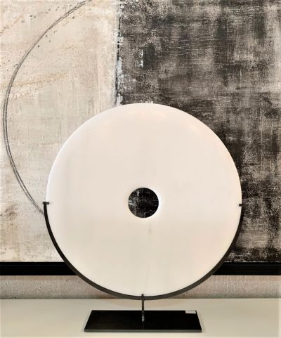 WHITE MARBLE DISC ON IRON STAND / XL